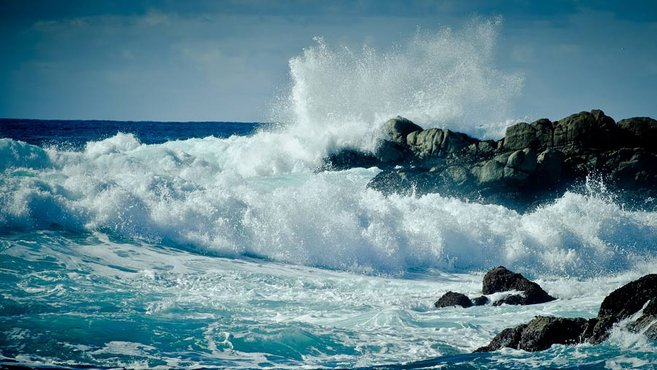 Ocean waves crashing into rocks